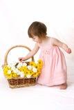 Mädchensammeln-Blumenblumenblätter Stockbilder