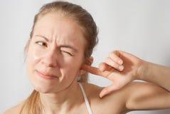 Mädchensammeln ihr Ohr lizenzfreies stockbild