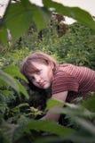 Mädchensammelnhimbeeren Lizenzfreie Stockfotografie