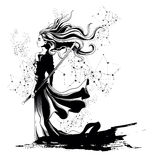 Mädchensamurais, die in der Hand mit Klinge, ein starker kräuselnder Wind stehen Lizenzfreie Stockfotografie