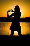 Mädchenschattenbild bei Sonnenuntergang stockbilder
