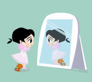 Mädchenschauen und -katze stehend vor dem Spiegel Lizenzfreies Stockfoto