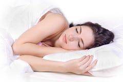Mädchenschlaf auf Bett Lizenzfreies Stockfoto