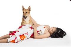 Mädchenschlaf mit Hunden Stockfotografie