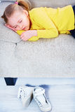 Mädchenschlaf in zufällige Kleidung auf Sofa Stockbilder