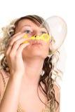Mädchenschlagluftblase Stockfoto