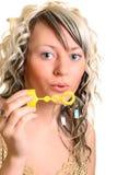 Mädchenschlagluftblase Stockfotos