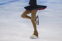 Mädchenschlittschuhläufer auf Eissportarena Lizenzfreie Stockfotografie