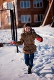 Mädchenschneekämpfen stockfotografie