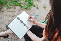 Mädchenschreibensanmerkung im Park Stockbilder