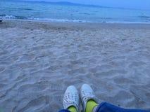 Mädchenschuhe an der Küste mit vibrierenden grünen Socken Stockfoto