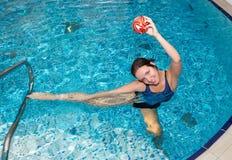 Mädchenschwimmen Lizenzfreie Stockfotografie