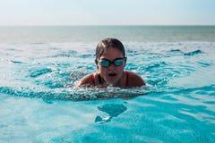 Mädchenschwimmen in einem Pool stockbilder