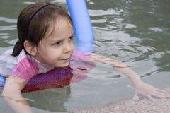 Mädchenschwimmen in einem Pool Lizenzfreies Stockbild