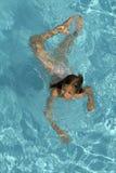 Mädchenschwimmen in einem Swimmingpool Stockfotografie