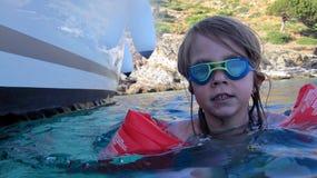 Mädchenschwimmen im Meer Stockbild