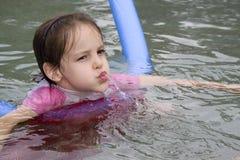 Mädchenschwimmen im Pool Lizenzfreie Stockfotografie