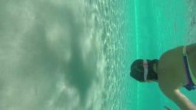 Mädchenschwimmen im Pool unter Wasser stock video