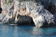 Mädchenschwimmen nahe der Höhle in Strand Calas Luna ist einer der schönsten Strände von Sardinien lizenzfreie stockfotos