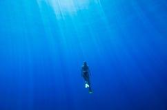 Mädchenschwimmen Unterwasser Stockfoto