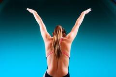 Mädchenschwimmer, der zum Springen und zum Tauchen sich vorbereitet Lizenzfreies Stockbild