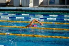 Mädchenschwimmer im Pool Stockfotografie