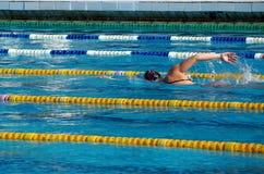 Mädchenschwimmer im Pool Lizenzfreies Stockfoto