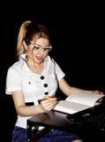 Mädchensekretär im Büro während des Arbeitsstundedenkens lösen Stockfotos