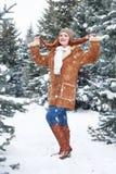 Mädchenshowhaar im Winterpark am Tag E Rothaarigefrau in voller Länge Stockfotos