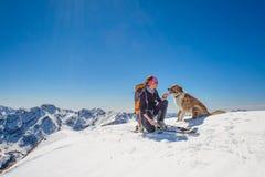 Mädchenski, der mit seinem Hund bereist stockbilder