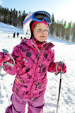 Mädchenskifahren lizenzfreies stockfoto