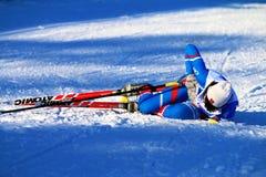 Mädchenskifahrer nach dem Ende ist im Schnee Stockbilder