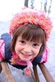 Mädchenspaß auf dem Schnee mit Schlitten Stockfotografie