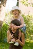 Mädchenspiel im Garten Stockfoto