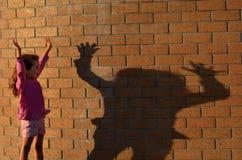 Mädchenspiel mit ihrem Schatten Stockbilder