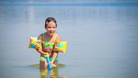 Mädchenspiel mit Wasser stock video footage