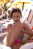 Mädchenspiele auf dem Strand Stockbild