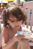 Mädchenspiele auf dem Strand Lizenzfreies Stockbild