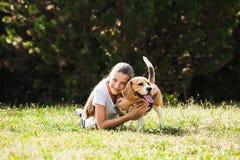 Mädchenspiele mit einem Hund stockfotos