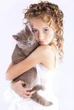 Mädchenspiele mit einer Katze Stockfotos