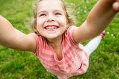 Mädchenspiele mit ihren Eltern Lizenzfreies Stockbild
