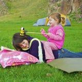 Mädchenspiele mit ihrer Schwester Lizenzfreies Stockfoto
