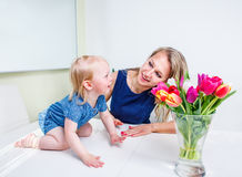 Mädchenspiele mit Mutter Lizenzfreie Stockfotografie