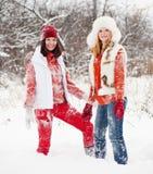 Mädchenspiele mit Schnee Stockfotos