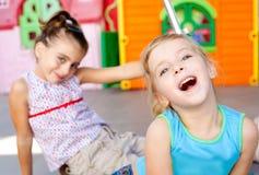 Mädchenspielen der kleinen Schwester der Kinder glückliches Stockfotos