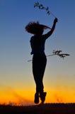 Mädchenspielen im Freien am Sommer Stockfotografie