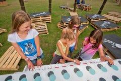 Mädchenspielklavier auf dem grünen Spielplatz Lizenzfreie Stockfotos