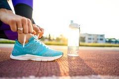 Mädchensportler crossfit und Hocken agains bei Sonnenuntergang lizenzfreie stockbilder