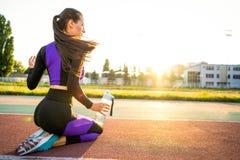 Mädchensportler crossfit und Hocken agains, die Spitzee und St. binden lizenzfreies stockfoto