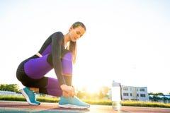 Mädchensportler crossfit und Hocken agains, die Spitzee und St. binden stockbilder